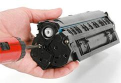 شخصی در حال تعمیر یک کارتریج لیزری_ عکس استفاده شده در سایت aloocartridge.com