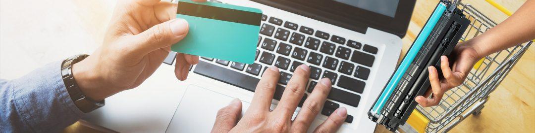 مفهوم خرید و فروش و تجارت آنلاین و یک کارتریج تونر در دست_ عکس استفاده شده در سایت aloocartridge.com