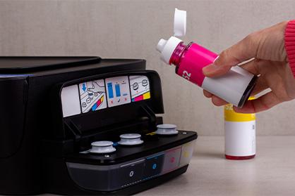 ریختن رنگ از بطری به درون پرینتر_ عکس استفاده شده در سایت aloocartridge.com